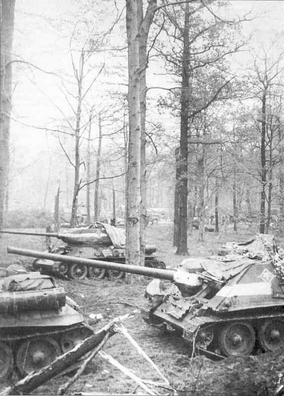 Советские САУ СУ-100 и танки Т-34-85 под Берлином.