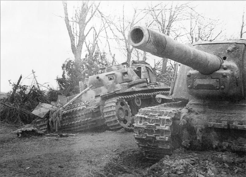 Советская САУ ИСУ-152 рядом с подбитой немецкой машиной передовых артиллерийских наблюдателей Pz.Beob.Wg. III в Восточной Пруссии.