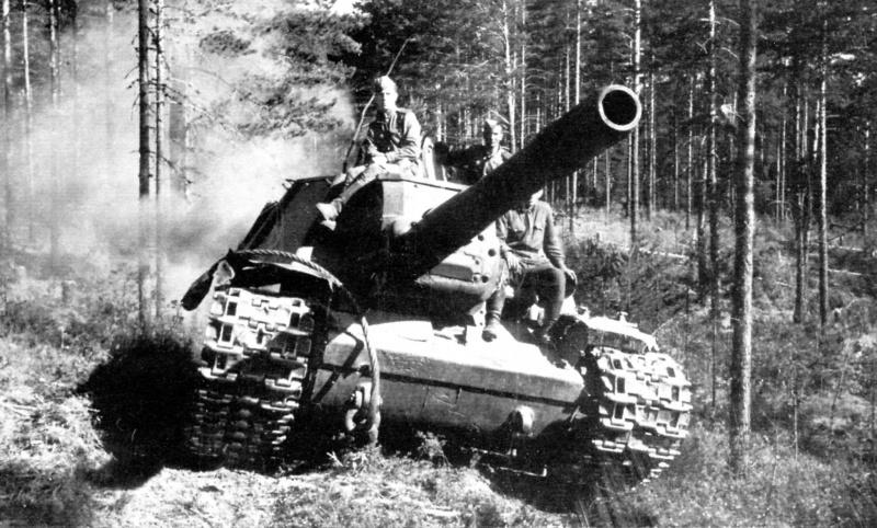 Советская тяжелая самоходно-артиллерийская установка СУ-152 выдвигается на новую позицию. 2-й Прибалтийский фронт, 1944 год.