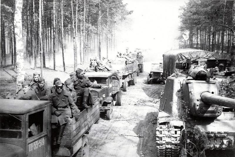 Подразделения советского тяжелого самоходно-артиллерийского полка у переправы через реку Шпрее. Справа САУ ИСУ-152.