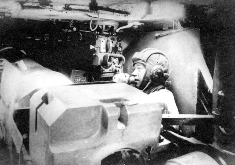 Командир CАУ СУ-152 лейтенант И.В. Вьюгов ведет огонь по закрытой цели.