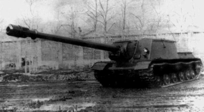 Советская опытная САУ ИСУ-152-1 (ИСУ-152БМ со 152-мм пушкой БЛ-8/ОБМ-43, выпущена в единственном экземпляре) во дворе завода №100 в Челябинске.