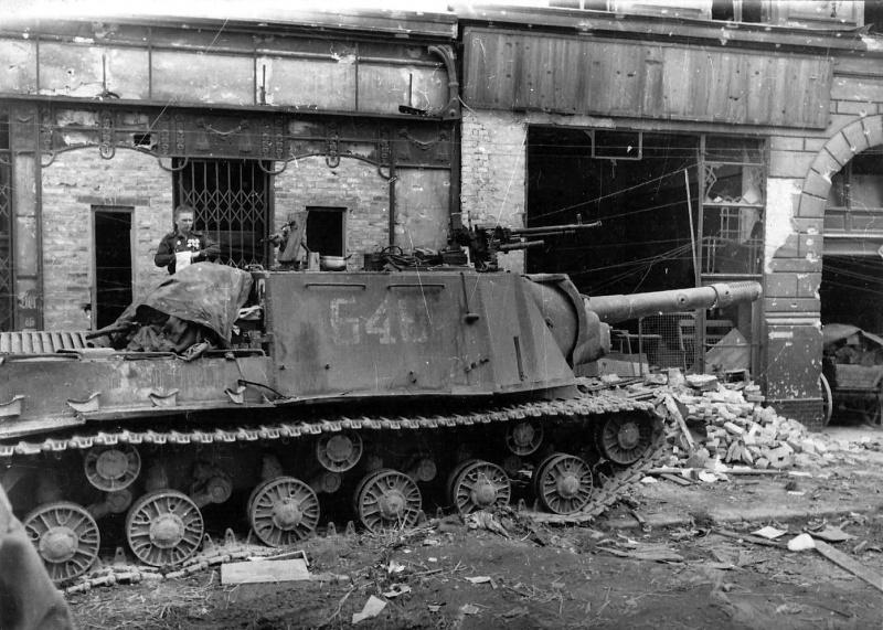 Советская тяжелая самоходная артиллерийская установка ИСУ-152 на улице Берлина. На САУ поврежден ствол орудия.