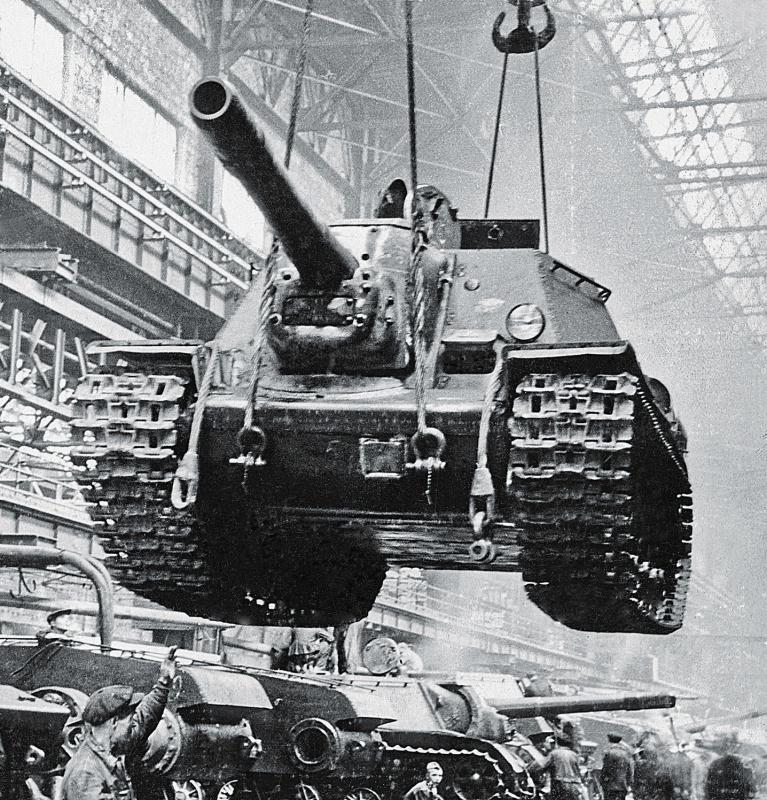 Окончание сборки САУ СУ-152. Челябинский Кировский Завод, 1943 г.