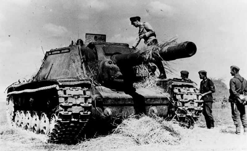 Советская САУ СУ-152, подбитая и захваченная немцами в августе 1943 года. Снимок сделан фотографом 697-й роты пропаганды вермахта. Группа армий «Центр».