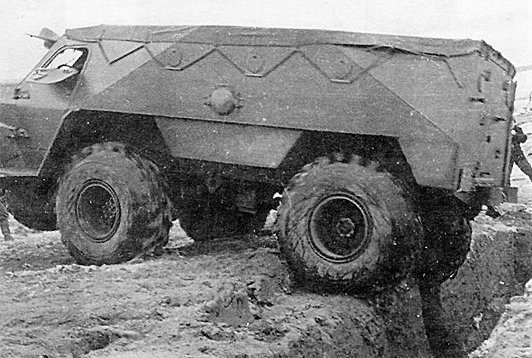 Опытный БТР-Э152В с равным расположением осей на выходе из окопа с ячейкой для бойца
