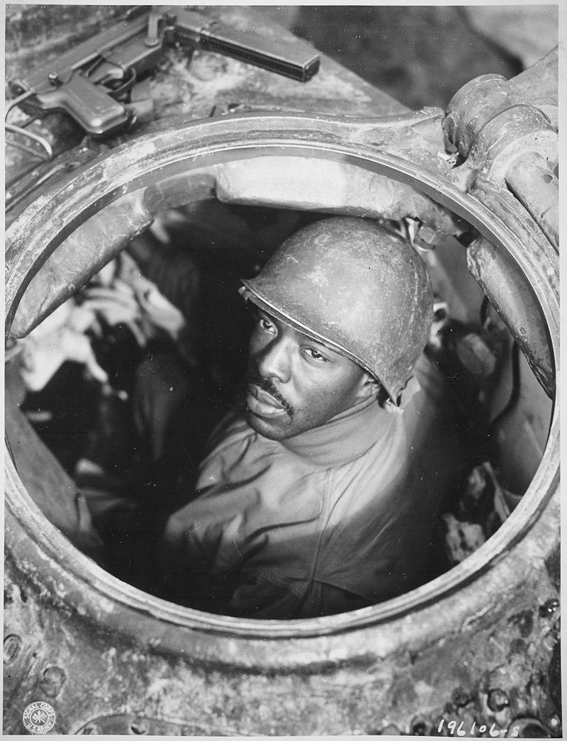 В башне пулемётчик танка М4 «Sherman» капрал Карлтон Чапмэн
