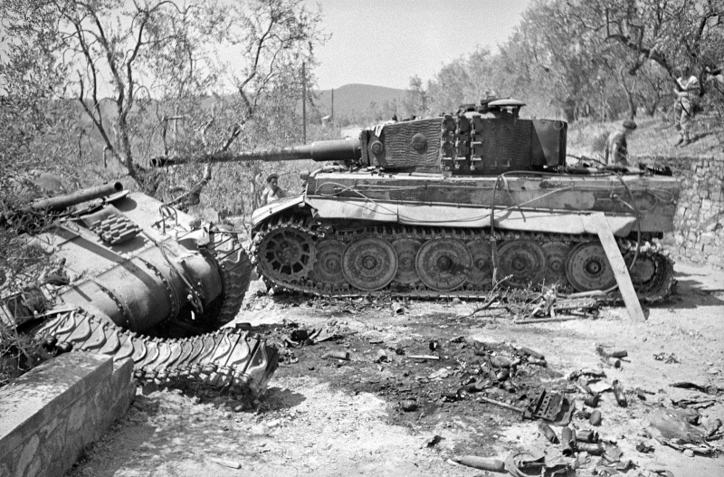 Подбитые немецкий танк Pz.Kpfw. VI Ausf. E «Тигр» и новозеландский танк американского производcтва M4 «Шерман»