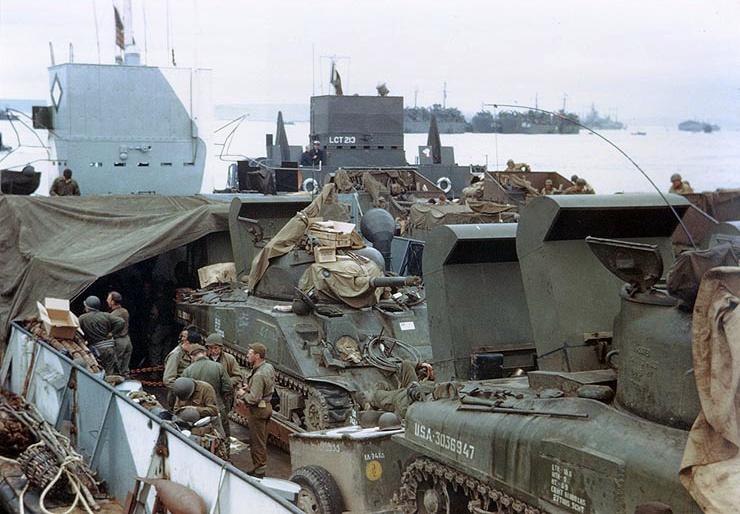 Операция «Оверлорд». M4A1 и M4A3, оборудованные шнорхелями, на палубе LCT