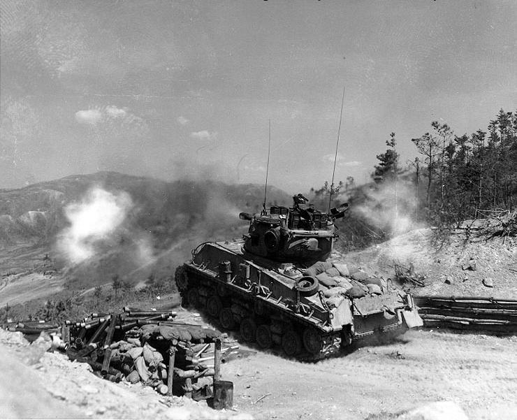 M4A3E8 ведёт огонь из 76-мм орудия по вражеским бункерам на «напалмовом хребте», 11 мая 1952 года
