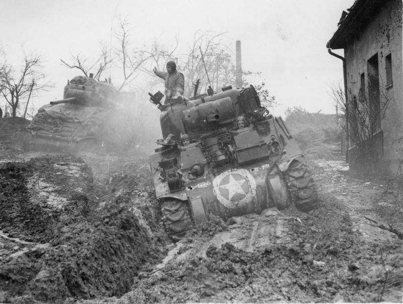 Танк M4A3 «Шерман» (M4A3 Sherman) из 9-й армии США, застрявший в грязи