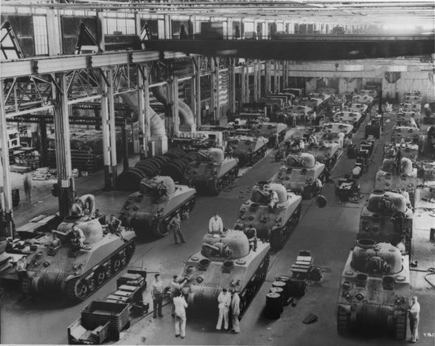 Производственный процесс в сборочном цеху Детройтского танкового арсенала в разгаре