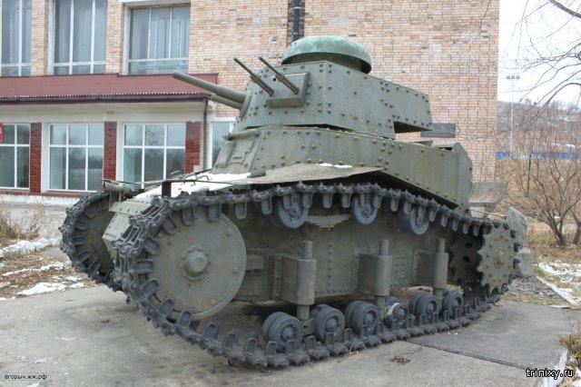 Т-18 (МС-1) в поселке Славянка, Приморского края, у здания местного Краеведческого музея вытащенный из хасанских болот, около 40 лет назад и отреставрированный