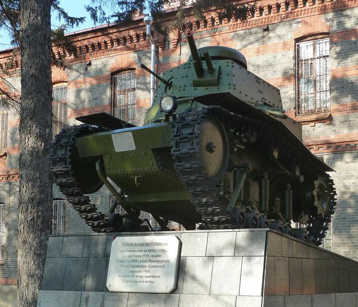 В Хабаровске, у штаба Восточного военного округа на постаменте стоит ещё один Т-18 (МС-1) возможно на ходу