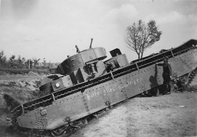 Советский тяжелый танк Т-35, застрявший в придорожном кювете и брошенный 28-29 июня 1941 года на трассе Птичье — Верба