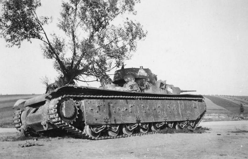 Советский тяжелый танк Т-35, брошенный на шоссе Золочев-Тернополь