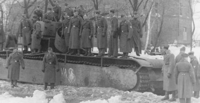 Немецкий солдаты рассматривают советский тяжелый танк Т-35