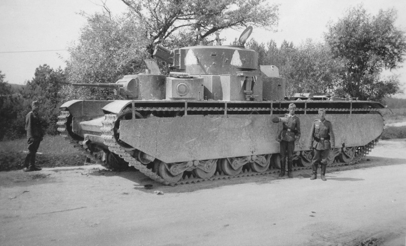 Тяжелый танк Т-35, брошенный из-за неисправности на дороге Сасов – Золочев