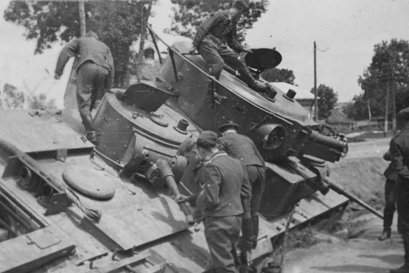 Советский тяжелый танк Т-35, брошенный на улице Львовская города Гродек