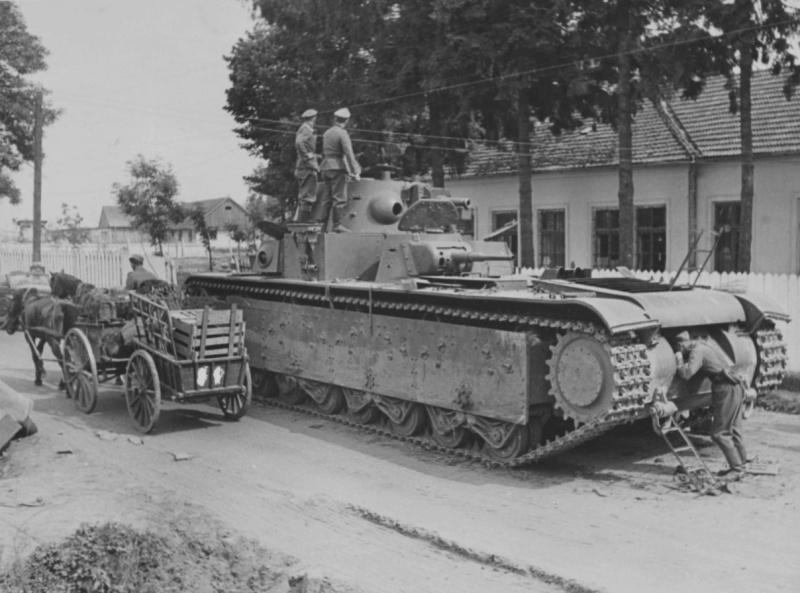 Немецкие офицеры на броне советского танка Т-35, брошенного на улице Львовская города Гродек