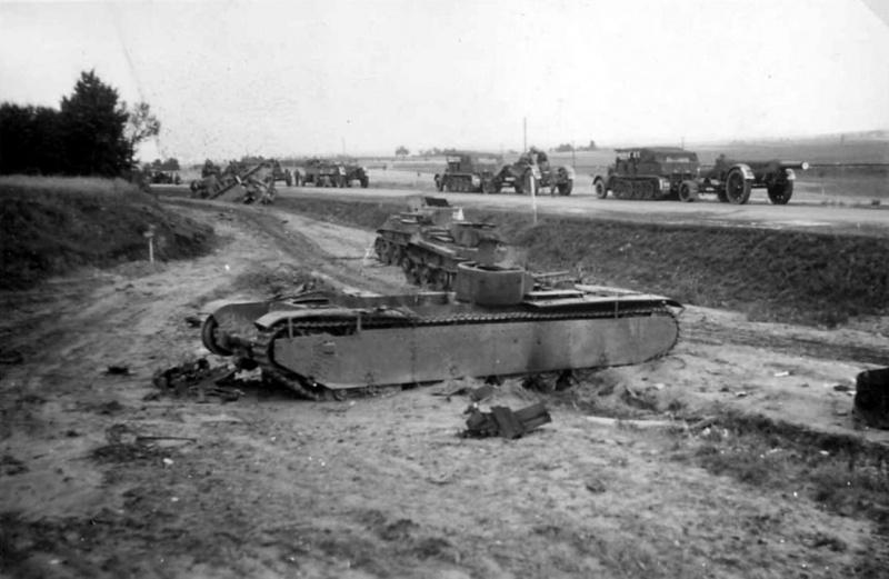 Советский тяжелый танк Т-35 и легкие танки БТ-7, подбитые рядом с трассой Верба – Птичье