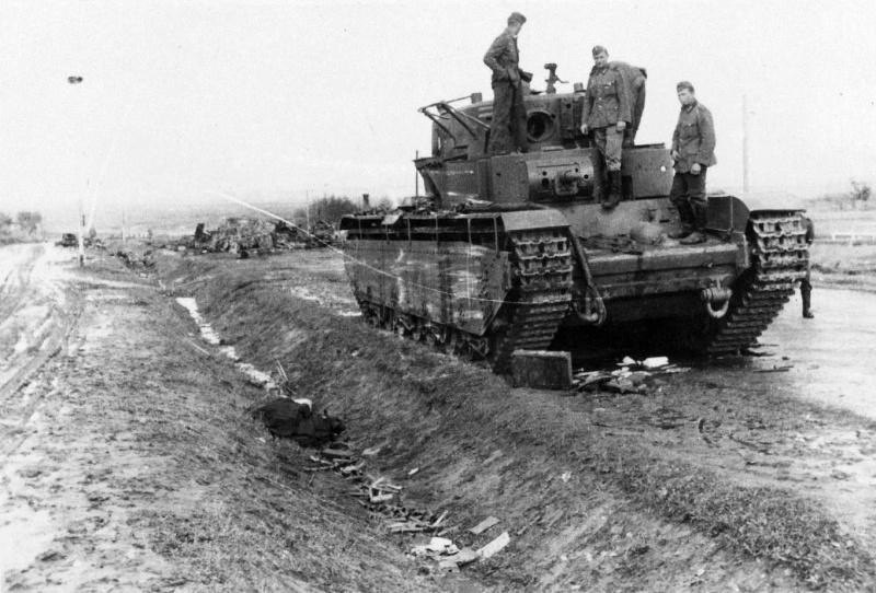 Немецкие солдаты осматривают советский тяжелый танк Т-35, подбитый на трассе поселок Верба