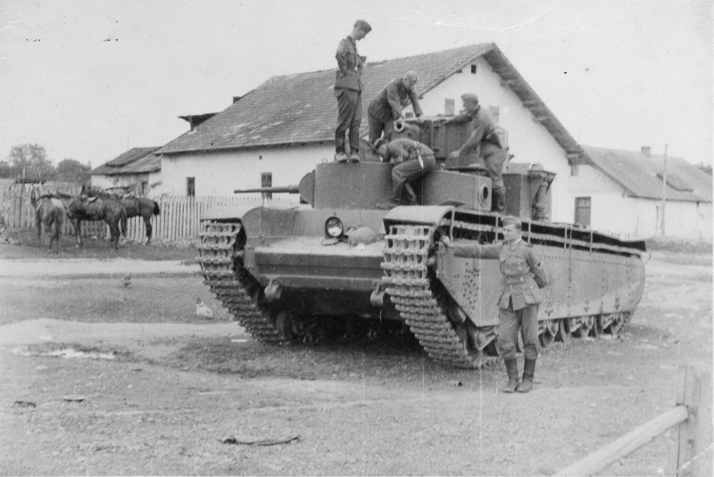 Немецкие солдаты фотографируются на броне советского тяжелого танка Т-35, брошенного в селе Белый Камень Золочевского района Львовской области