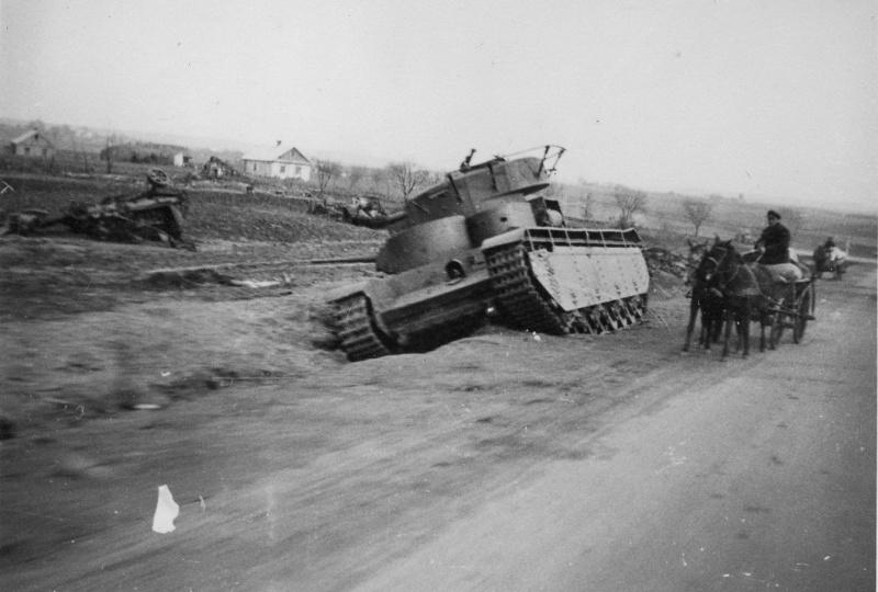 Советский тяжелый танк Т-35 выпуска 1937 года из 67-го танкового полка 34-ой танковой дивизии 8-го механизированного корпуса Юго-Западного фронта