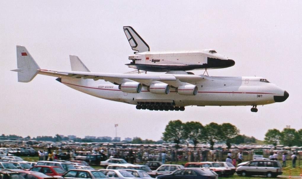Посадка Ан-225 «Мрия» с космическим кораблем «Буран» в Ле-Бурже