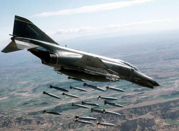 Фото самолета F-4 «Фантом» 2 наносящего бомбовый удар
