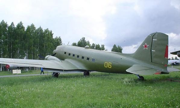 Ли-2 - военно-транспортный самолет