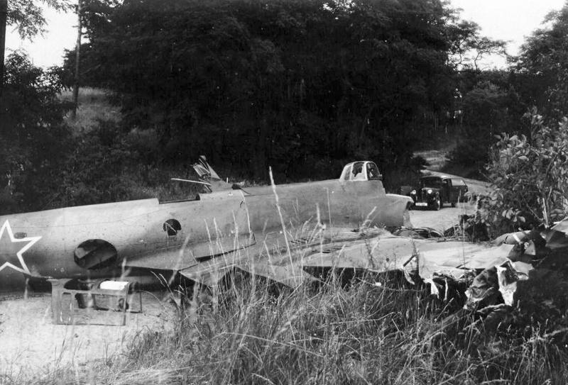 Советский пикирующий бомбардировщик Пе-2 после вынужденной посадки. Германия, 1945 год. Фото 1.
