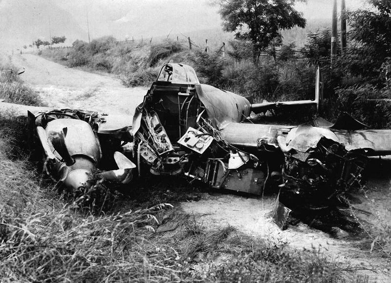 Советский пикирующий бомбардировщик Пе-2 после вынужденной посадки. Германия, 1945 год. Фото 2.