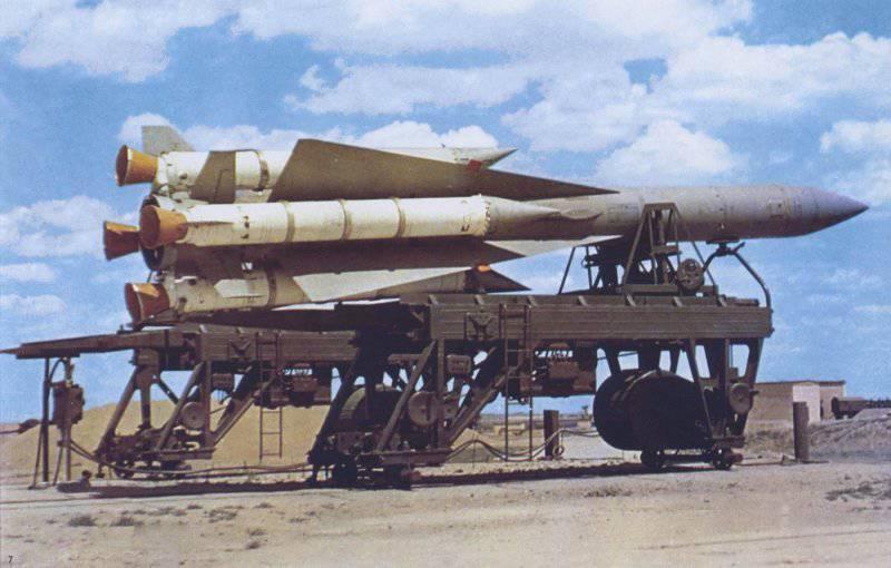Зенитная управляемая ракета 5В21 на автоматизированной заряжающей машине
