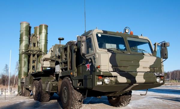 Пусковая установка ЗРК С-400 - полуприцеп, прицепленный к седельному тягачу БАЗ-64022