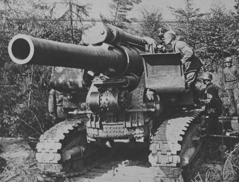 Советские артиллеристы готовят к выстрелу 203-мм гаубицу Б-4