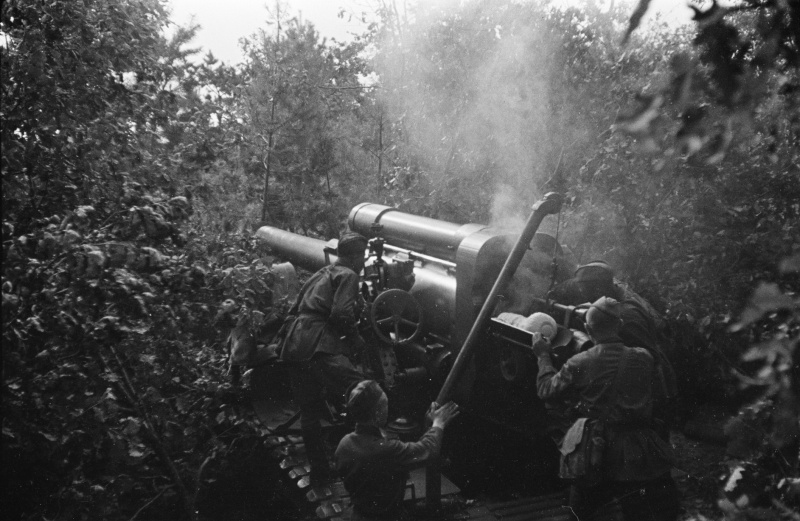 Расчет советской 203-мм гаубицы Б-4 ведет огонь на окраине Воронежа