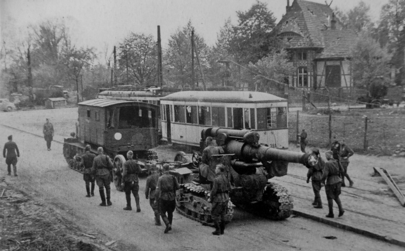 Советский артиллерийский тягач «Ворошиловец» буксирует 203-мм гаубицу Б-4 на окраине Берлине