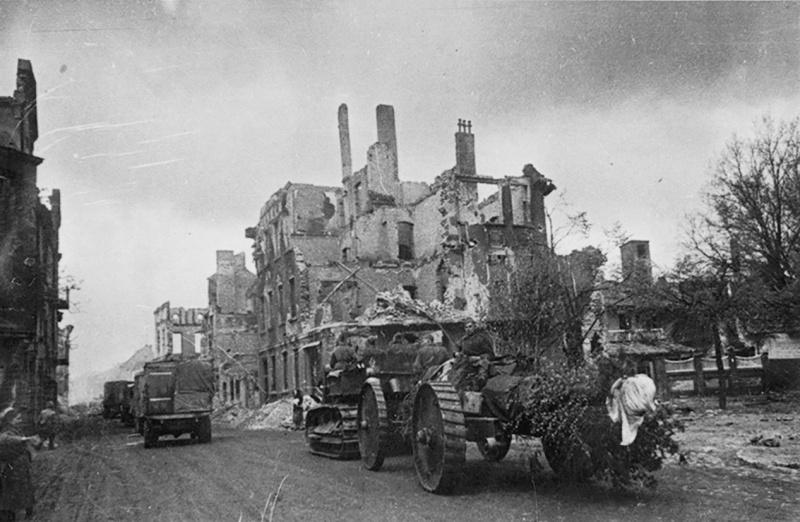 Транспортировка ствольной повозки («тракторного типа») советской 203-мм гаубицы Б-4 по улицам разрушенного немецкого города