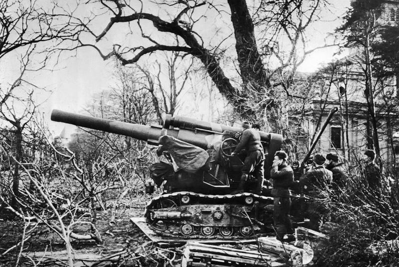 Расчет советской 203-мм гаубицы Б-4 под командованием старшего сержанта С. Шпинь в пригороде Сопот (Sopot) Данцига (ныне — Гданьск, Польша) ведет огонь по немецким войскам в Данциге