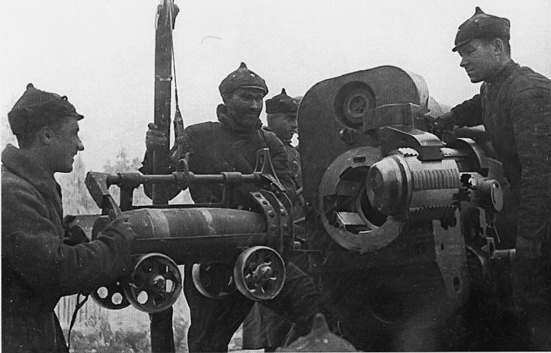 Бойцы заряжают 203-мм гаубицу Б-4 для обстрела финского укрепления.