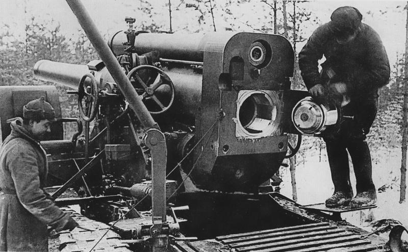 Красноармейцы за чисткой 203-мм гаубицы Б-4 на Карельском перешейке