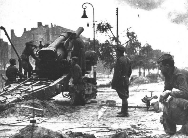 Расчет советской 203-мм гаубицы Б-4 ведет огонь на одной из улиц Берлина