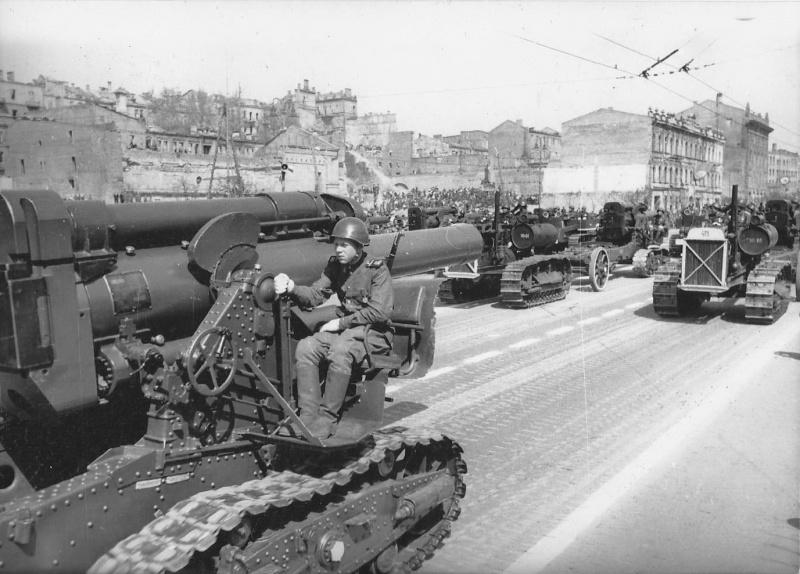 Советская 203-мм гаубица образца 1931 года (Б-4) во время парада в Киеве