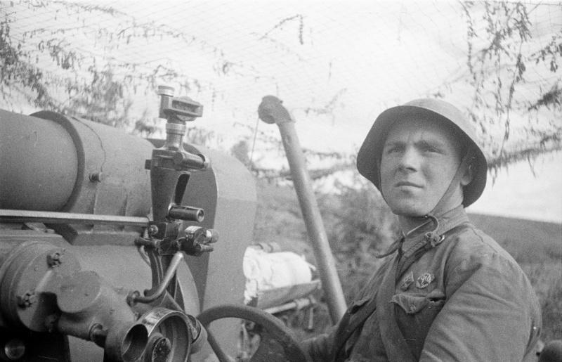 Советский артиллерист-наводчик у прицела советской 203-мм гаубицы большой мощности образца 1931 года (Б-4)