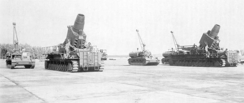 Немецкие тяжелые 600-мм самоходные мортиры «Карл» (Gerät 040, «установка 040»). Рядом стоят транспортеры боеприпасов Pz.Kpfw. IV Munitionsschlepper