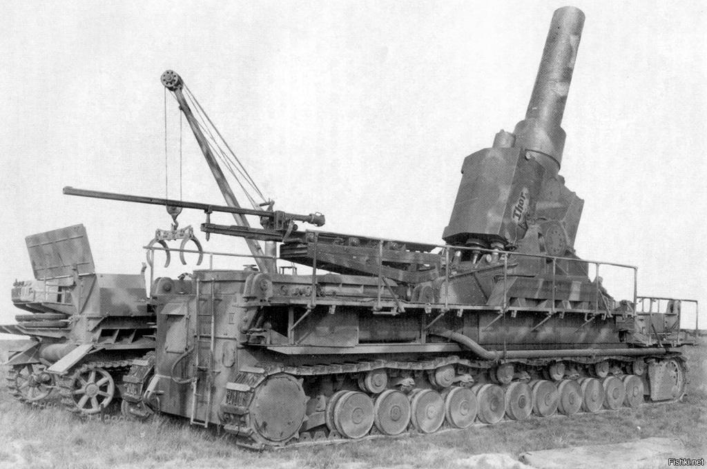Самоходные мортиры «Карл» на огневой позиции. Установки вооружены мортирами калибром 540 мм