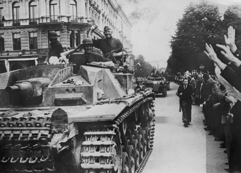 САУ StuG III Ausf. A в составе колонны вермахта движется по улице Риги