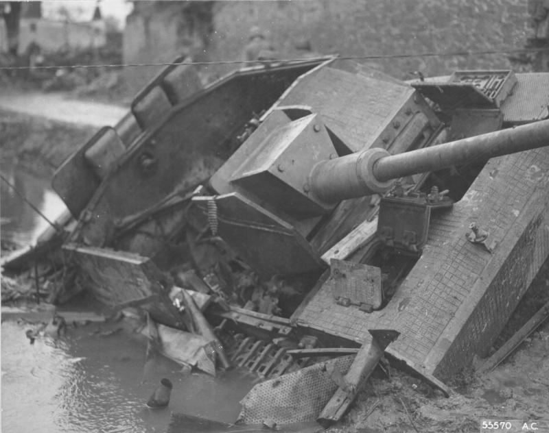 Разбитая немецкая САУ StuG III Ausf. G, уничтоженная внутренним взрывом в городке Кинцвайлер (Kinzweiler)