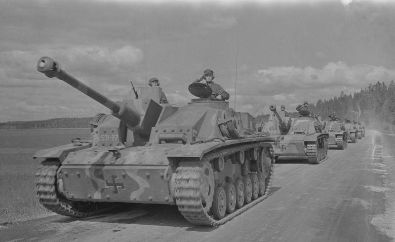 Колонна финских штурмовых орудий StuG III Ausf. G из дивизии «Лагус» на марше в Карелии. Германия поставила своим союзникам 59 этих САУ.